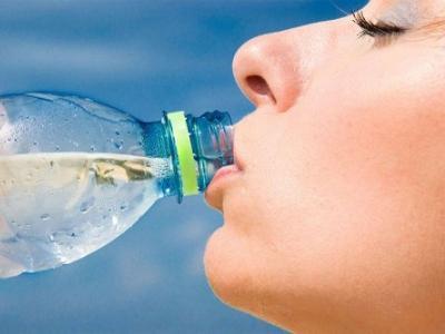 5 причини, поради които не трябва да пиете бутилирана вода